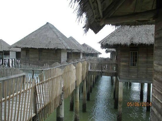 Telunas Beach Resort : View of some of the cabins