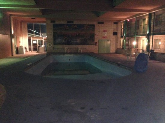 Luxury Inn and Suites: Swimming pool doesn't work.