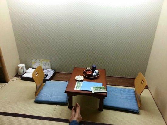 Matsubaya Inn : sitting area in my hotel room