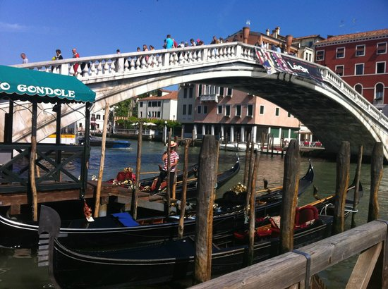 Dolomiti Hotel: Bridge over the Grand Canal close to the Hotel Dolomiti