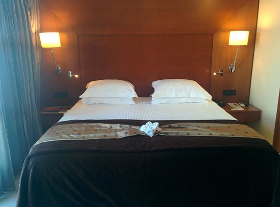 Aressana Spa Hotel and Suites: bed