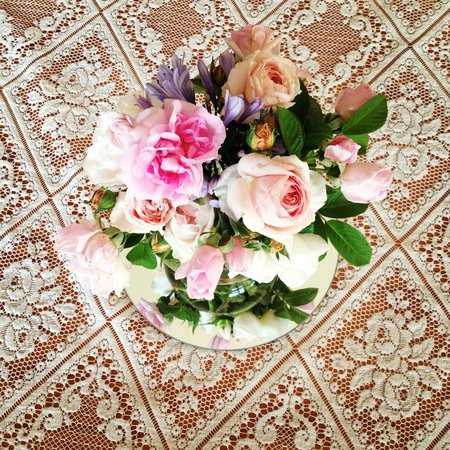 Glendalough Alpacas: Beautiful roses from Cath's garden on the dining table