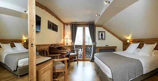 Auberge du Manoir: Chambre supérieure mansardée avec baignoire et balcon