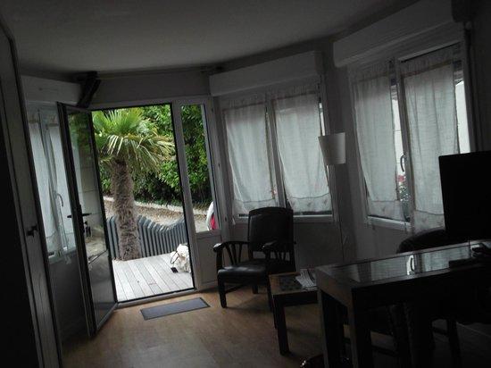 Hotel Eden: Salon vu de la partie chambre