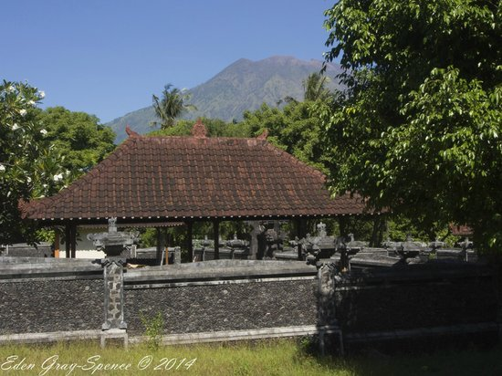 Tauch Terminal Resort Tulamben & Spa: Mt Agung from nearby temple