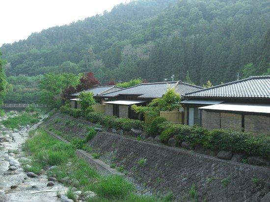 Magi Onsen Ryokan: Some of the rooms along the river.  Greenery :)