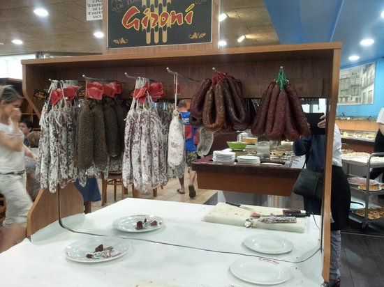 Le buffet saucissons picture of el buffet libre la for Restaurant la jonquera