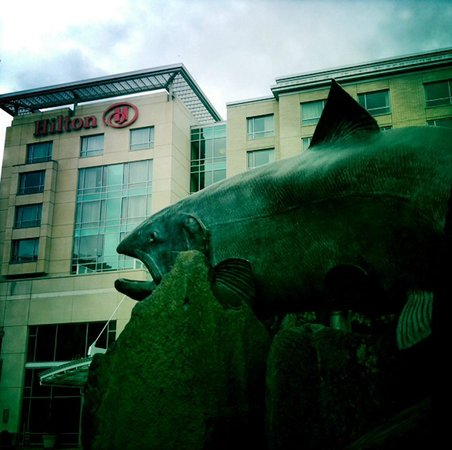 Hilton Vancouver Washington: Salmon that's park of the clock tower sculpture.