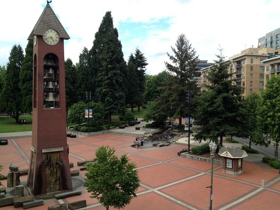 Hilton Vancouver Washington: Park across the street with wonderful clock tower.