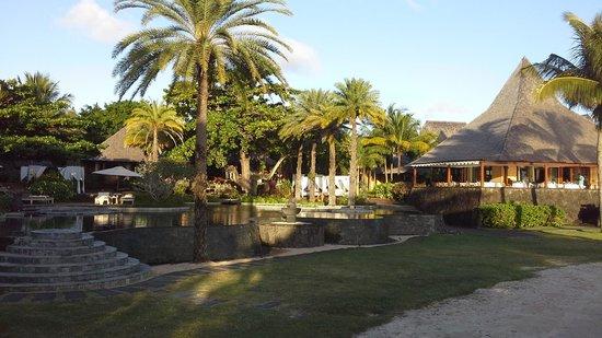 Shanti Maurice - A Nira Resort: pool and restaurant view