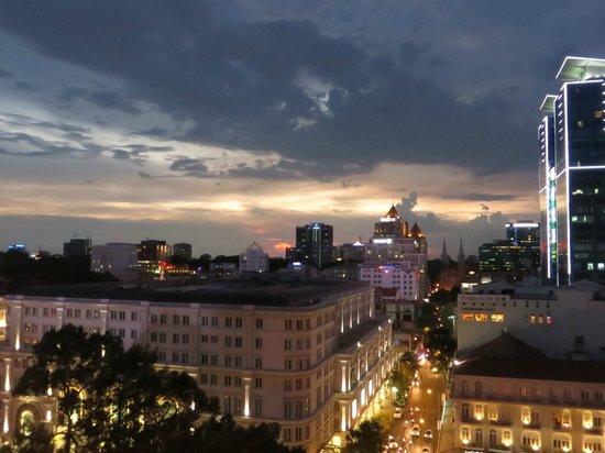 Caravelle Saigon : View from the Saigon Saigon Bar level 9 at night