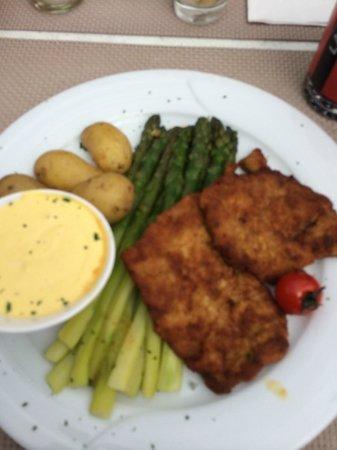Restaurant Astras: Wiener Kalbsschnitzel mit grünem Spargel und neuen Kartoffeln