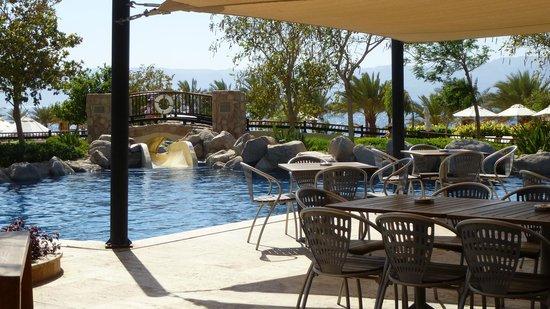Mövenpick Resort Tala Bay Aqaba: Blick auf oberen Pool und aufs Meer