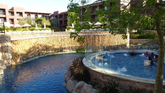 Mövenpick Resort Tala Bay Aqaba: Pool mit einem der drei Wirlpools