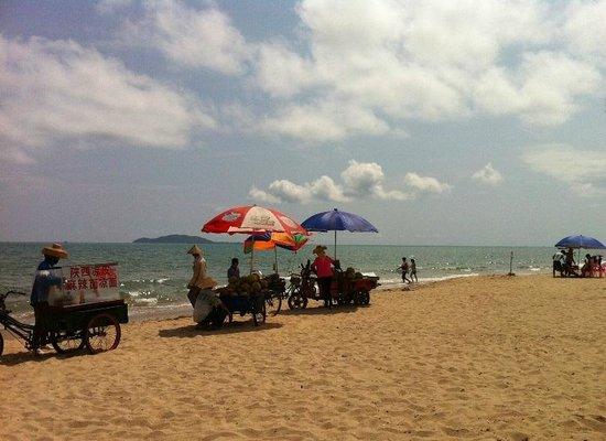 Sanya Bay: Пляжные торгаши фруктами, в основном какосы