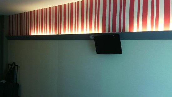 B&B Hotel Granada: Lichtblende im Zimmer mit TV