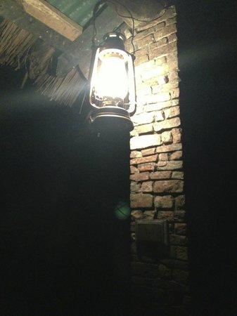 Fig Tree Camp : テント前のテラス、柱に吊り下げられたランタン