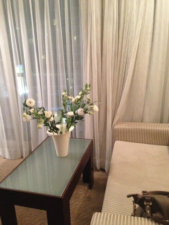Crowne Plaza Tel Aviv Beach: The old room, flowers are mine.