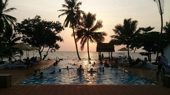 Abad Whispering Palms Lake Resort: sunset in the lake