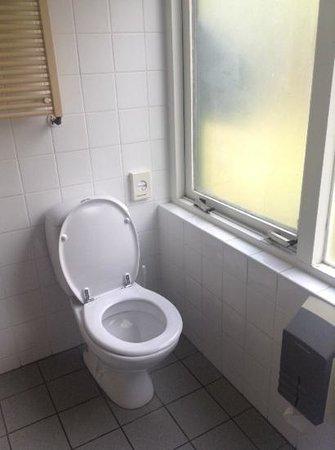 Princess Hotel Victoria: toilet voor het venster zonder mogelijkheid dit 's avonds dicht te doen