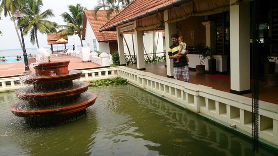Abad Whispering Palms Lake Resort: twin fountains