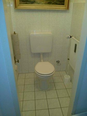 Pension Asta: Bagno in comune, WC con lavandino