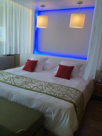 Amathus Elite Suites: Lit chambre 133