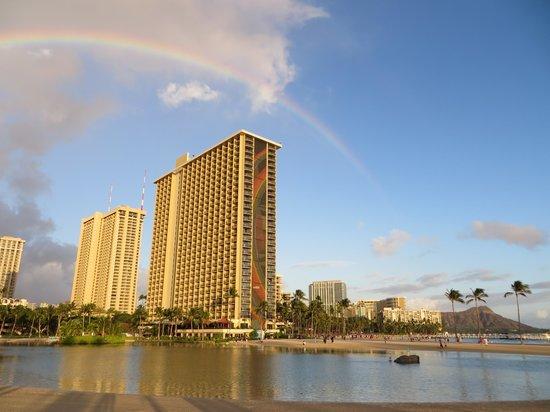 Hilton Hawaiian Village Waikiki Beach Resort: Rainbow-Tower mit Lagune im Vordergrund