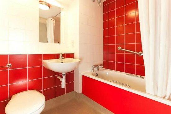 Travelodge Lowestoft Hotel: Bathroom with bath