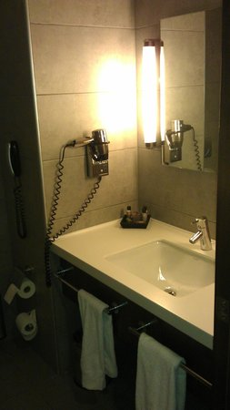 Midtown Hotel: Bathroom
