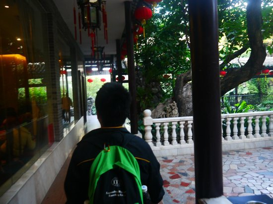LiZhi Wan Yong : On the way to our table