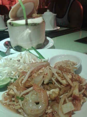 The Heritage Bangkok: Yummy pad thai and coconut water for dinner