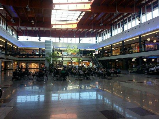La Canada Shopping Centre : Main plaza and coffee shop