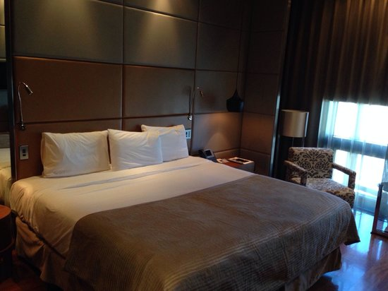 Eurostars Madrid Tower: King size bed. The best bed of all the hotels I've been to.
