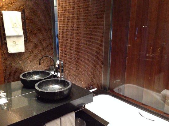 Eurostars Madrid Tower: Bath tub