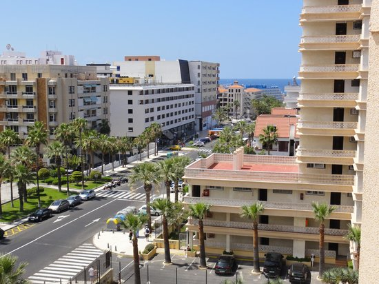 Dream Hotel Noelia Sur: View of main road from sun terrace - front of hotel