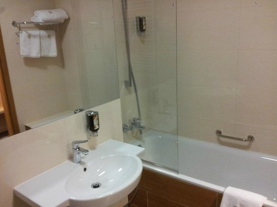 Brant Hotel: A bathroom