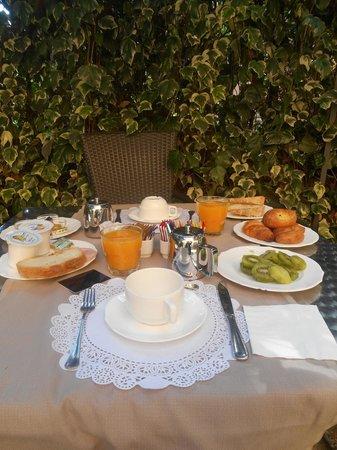 Hotel San Anselmo : petit dejéuner dans le jardin