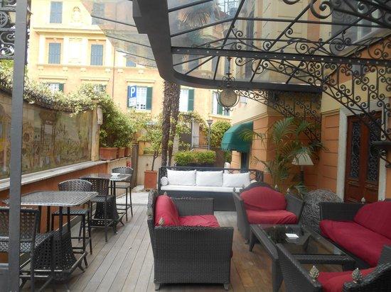 Hotel San Anselmo : Coin relaxant devant l'entrée de l'hôtel