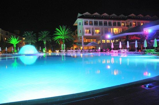 Le Jardin Resort: Vieuw by night