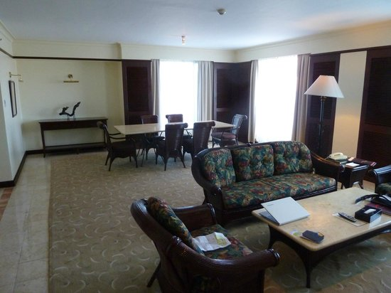 Waterfront Airport Hotel and Casino: Dining Living Room