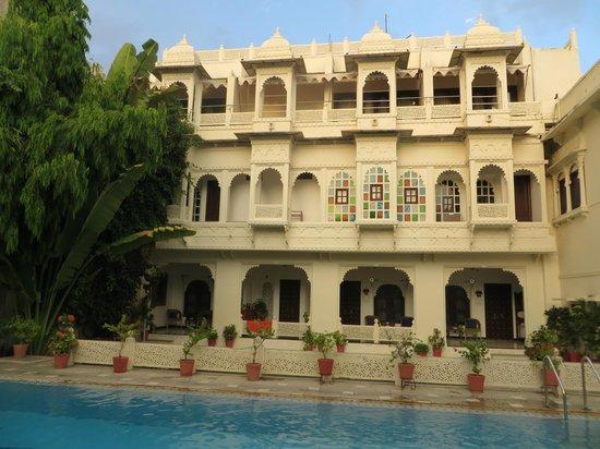 Hotel Mahendra Prakash: chambre donnant sur la piscine
