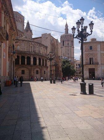 Valencia Mindfulness Retreat: Plaza Virgen, om de hoek van het B&B.
