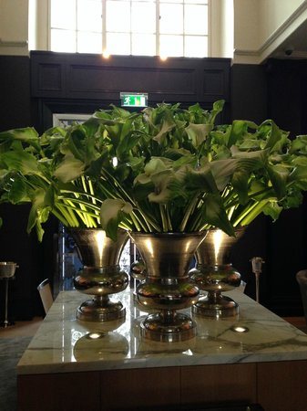 Rosewood London : beautiful arrangements in dining room