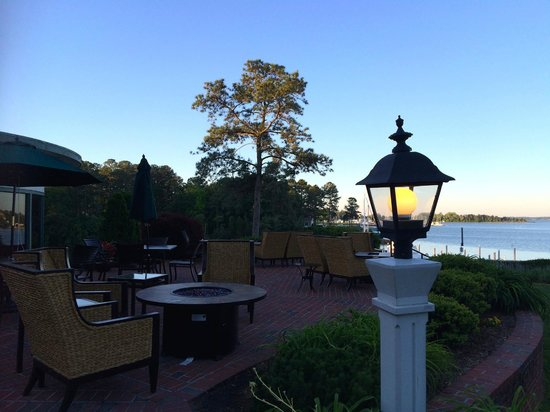 The Tides Inn: Patio overlooking Cove