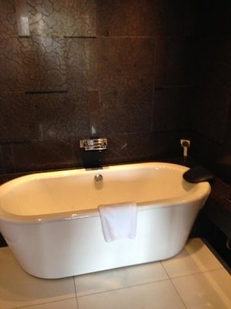 The Langham Shanghai Xintiandi: bathtub