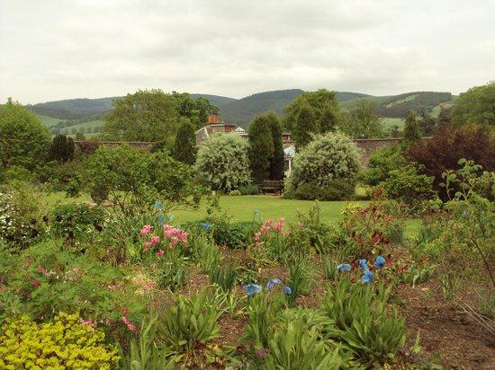 Kailzie Gardens: walled garden