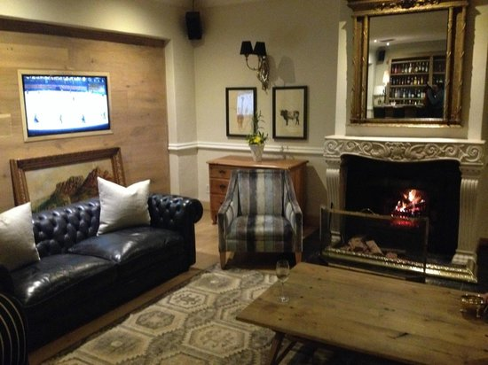 Lanzerac Hotel & Spa: Bar with the fireplace