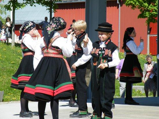 Musée folklorique norvégien : Youth Norwegian Folk Dance presentation
