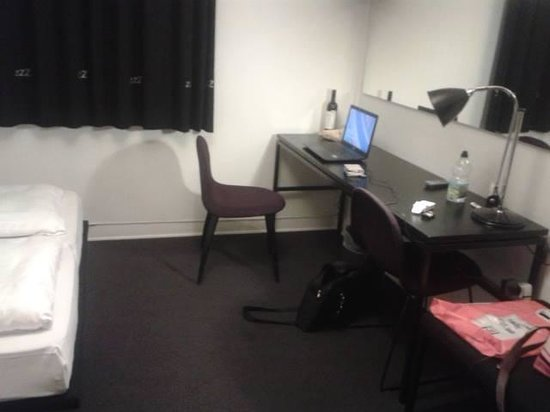 Hotel Astoria : nice work desk and plenty of space for belongings